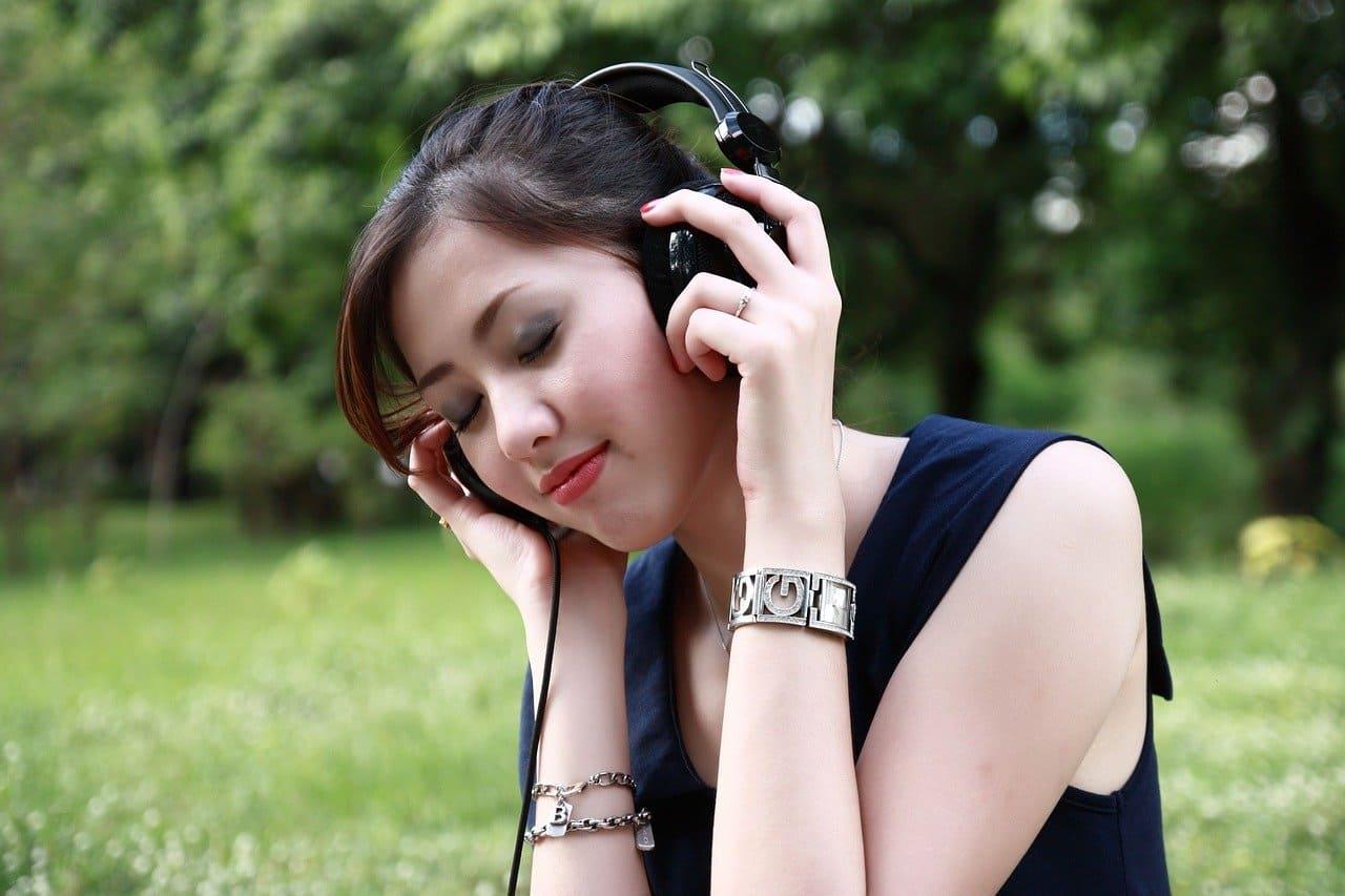 音楽を聴いていても周りの声が聞こえる